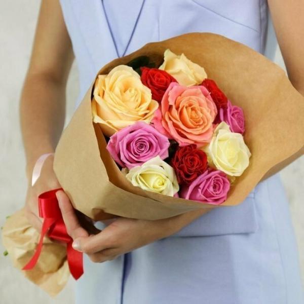 Букет из 11 роз в крафт-бумаге