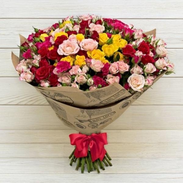 Букет разноцветной кустовой розы