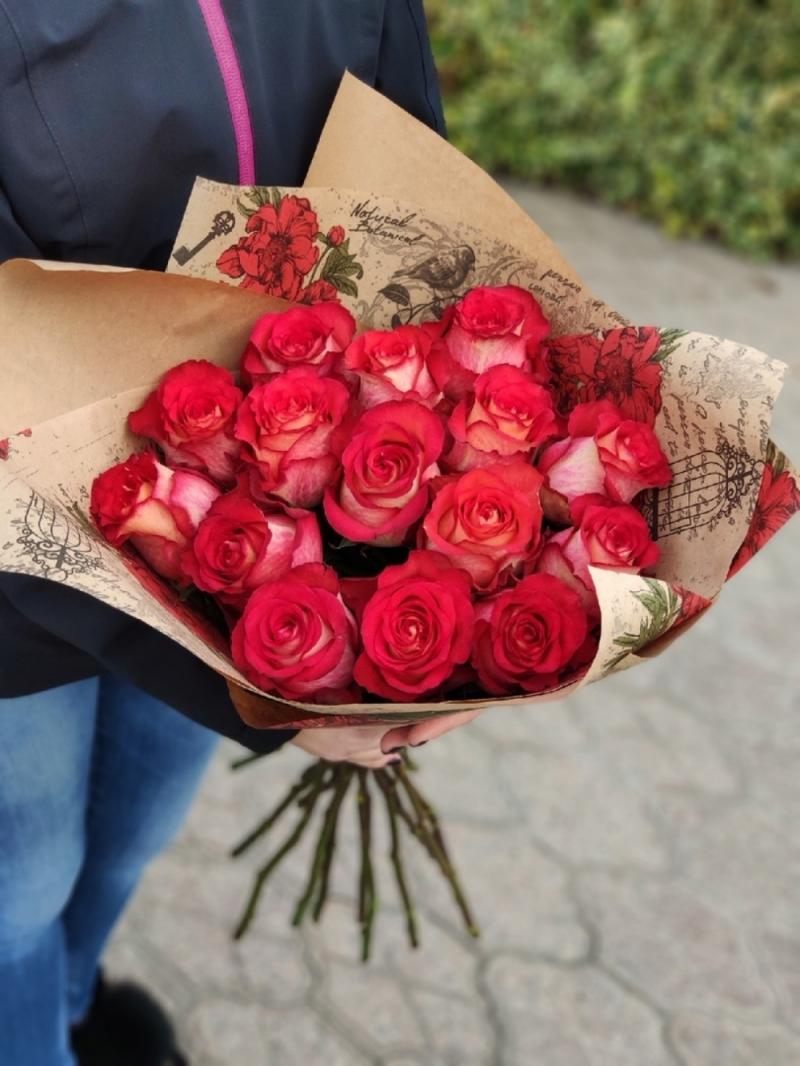 15 роз Игуазу в упаковке